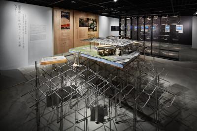 第2会場全景。手前の模型が「羅東文化工場」、その奥には「櫻花陵園入口橋」の48個の断面模型がグリッド上に配置されている。