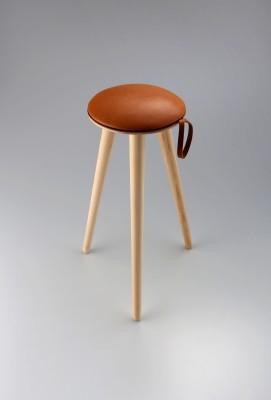 グランプリ(ファクトリークラフト) 作品名「dorayaki-stool」スツール 素材:ヒノキ、鹿革 出品者:坂本茂