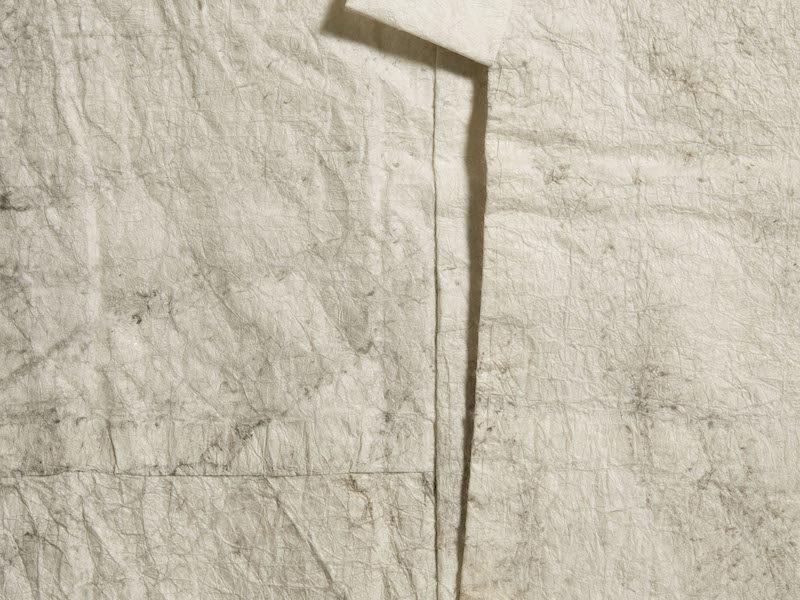 平安時代より存在していたと記録されている紙衣(かみこ)で作られる「修二会紙衣」。灯明の煤跡が見られる。所蔵:桂樹舎和紙文庫、撮影:佐治康生
