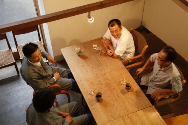 右から反時計まわりに/もりずむの森﨑昇さん、I設計室の伊藤嘉浩さん、宇田工務店の宇田和人さん、宇田登志さん。