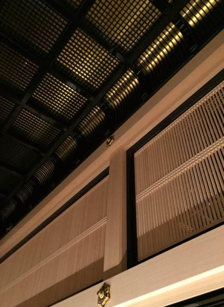 二重折上げ格天井。漆の黒と金箔の金はインパクトに圧倒されました。次の間との境界には格式の高い筬欄間で。
