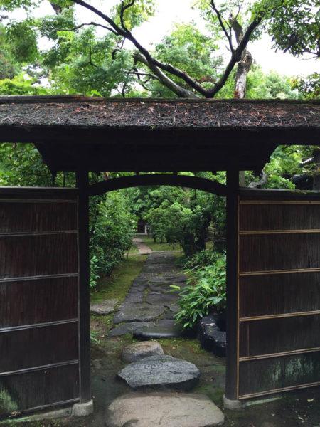 いかにも茶席への導入らしい、瀟洒な門。