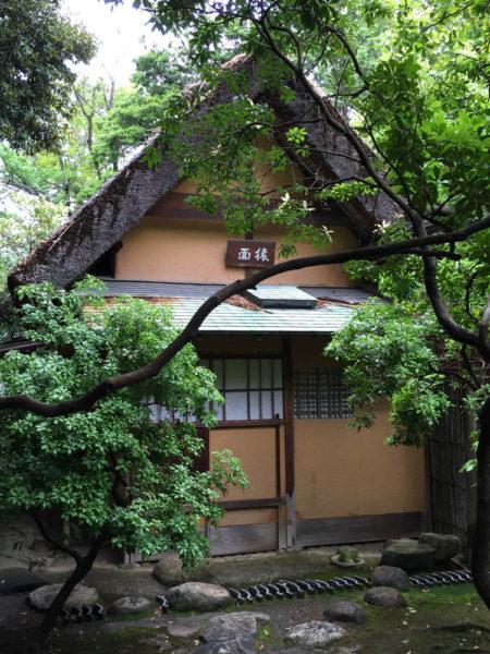 茅葺き屋根に、銅板葺きの土庇。
