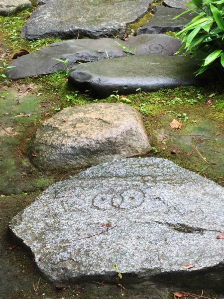 大ぶりの飛び石と寄せ石。