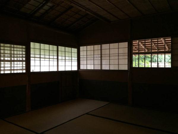 壁の2面に窓があるけれど、軒の深さにより、しっとり。