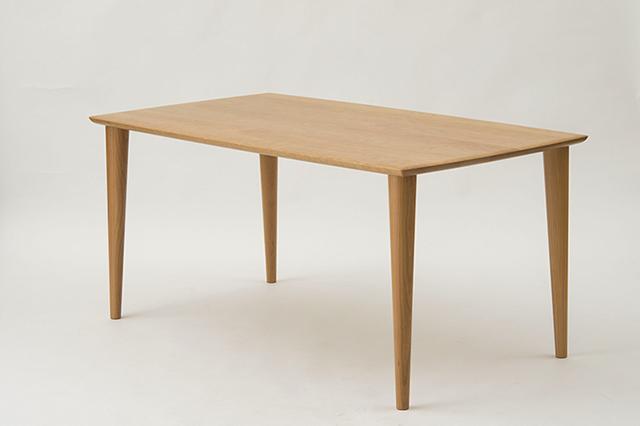 無垢の木のシャープなテーブル 家具蔵から誕生
