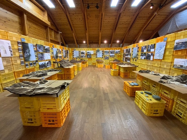 鳥羽市海の博物館 特別展示室「青の造形 -中央構造線上の空間-」会場風景